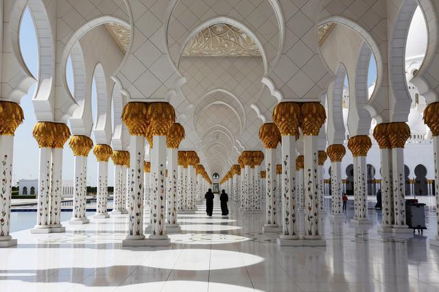 1423336082341 - آیات قرآنی از طلا در مسجدی لوکس