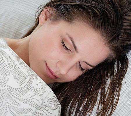145435678015351 - خطرات خوابیدن با موی خیس